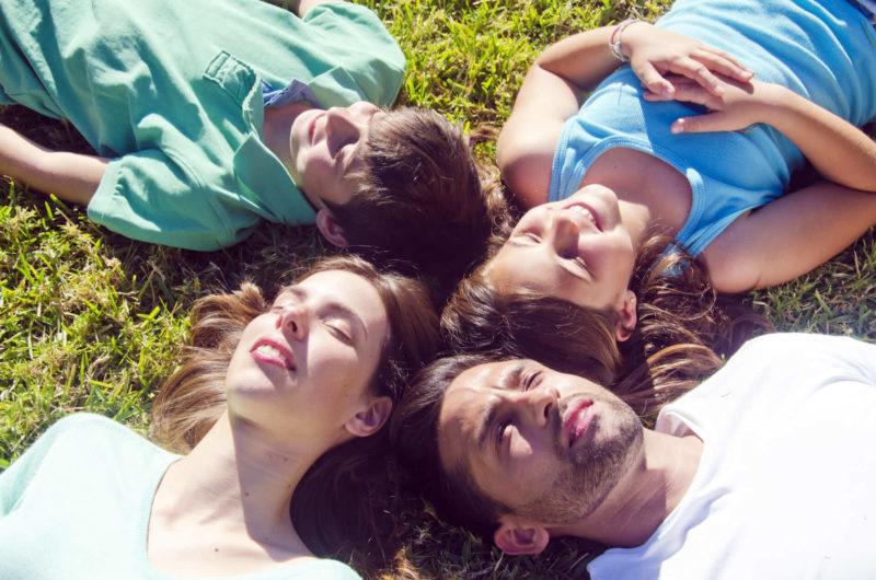 日光浴をしている外国人家族