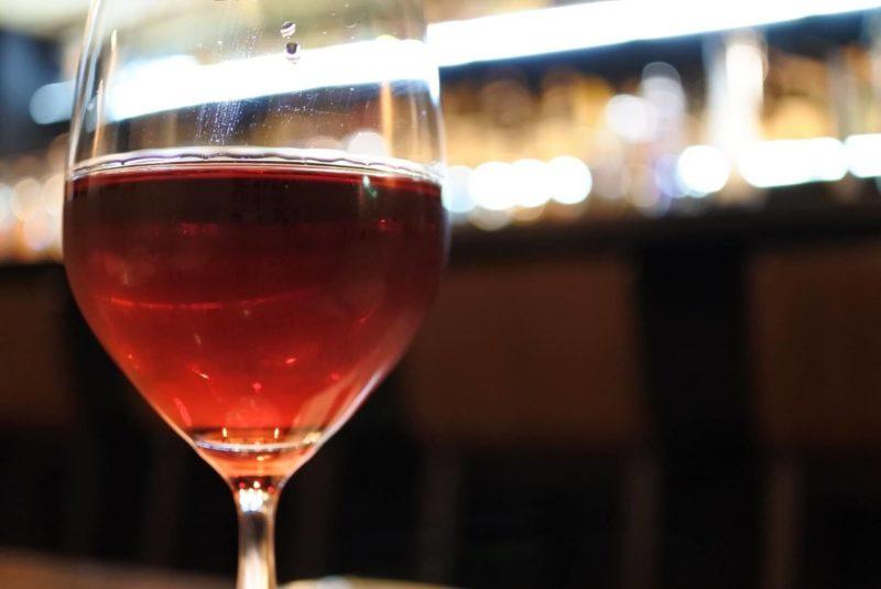 光と共に反射している赤ワイン