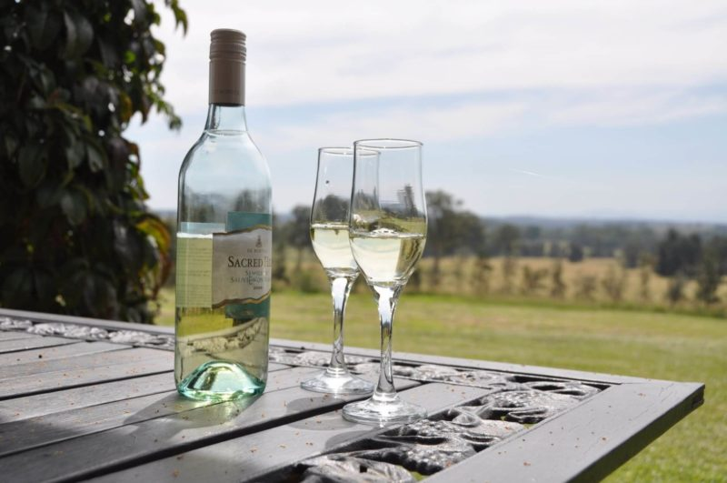 高原に置かれている二本のグラスと白ワイン
