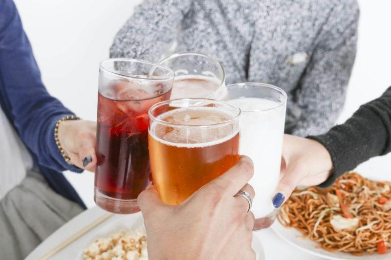 4人の人たちと一緒の乾杯