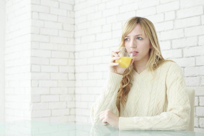 ジュースを飲んでいる女性