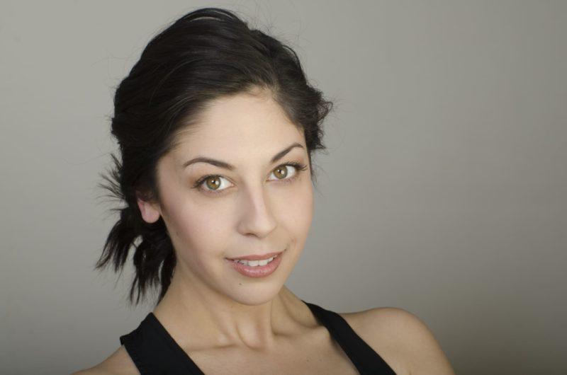 髪の毛を結んでいる黒髪の外国人女性