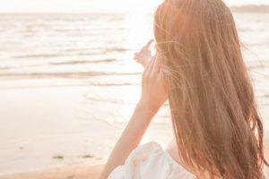海辺にいる長髪の女性