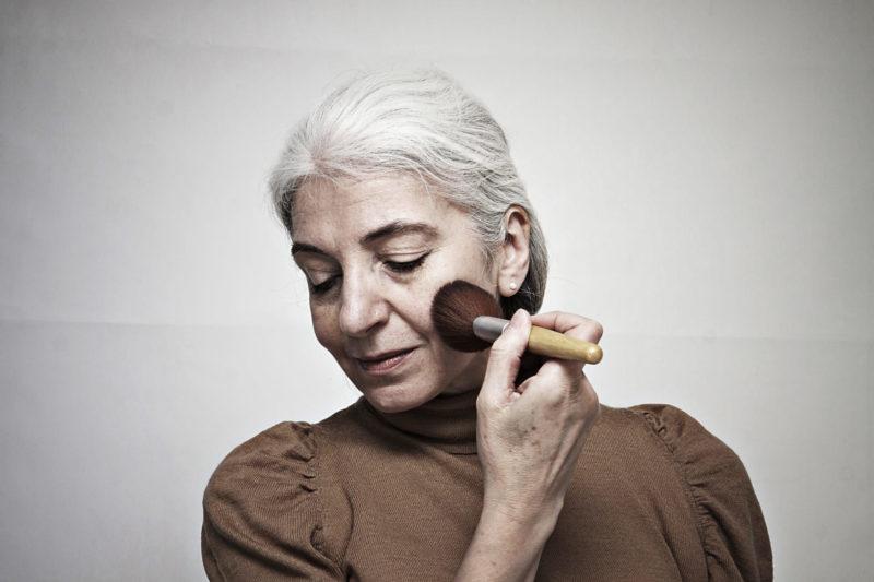 化粧をしているシニア女性
