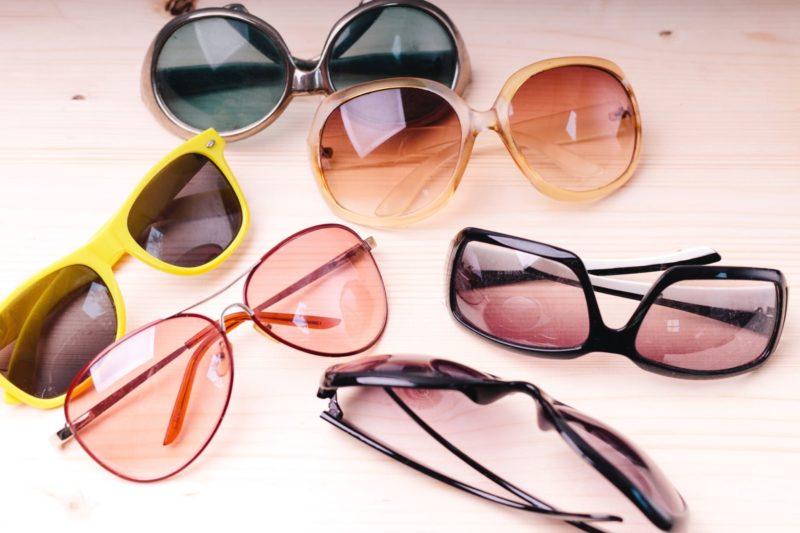 6種類のサングラスが無造作に置かれている様子