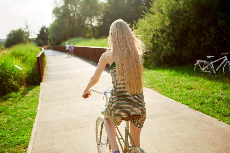 サイクリング中の女性