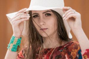 白い帽子をかぶっているそばかすの女性