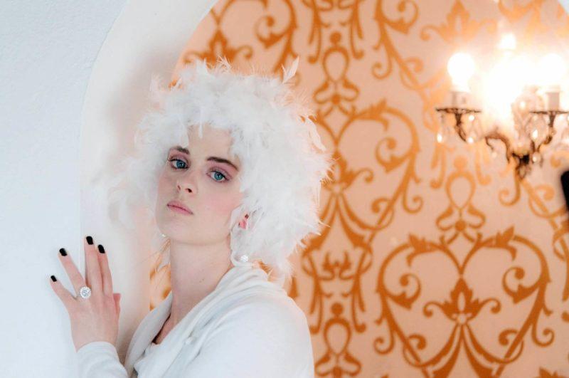 白髪の若い外国人女性