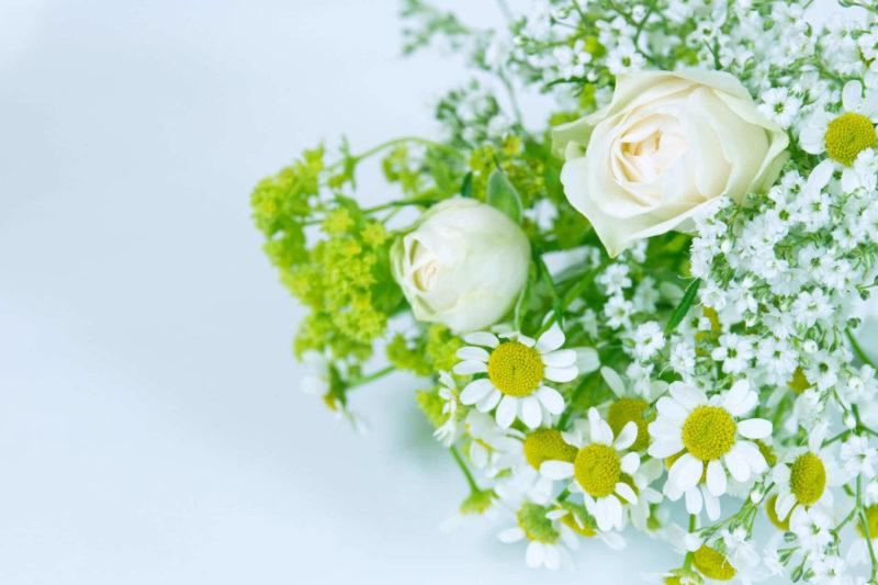 白いバラ、ガーベラ、カスミソウ