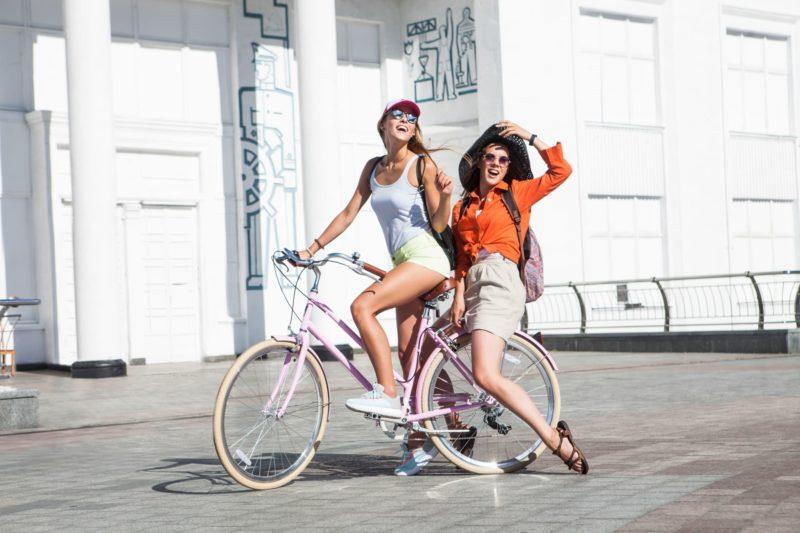 炎天下の中サイクリングを楽しんでいる女性二人
