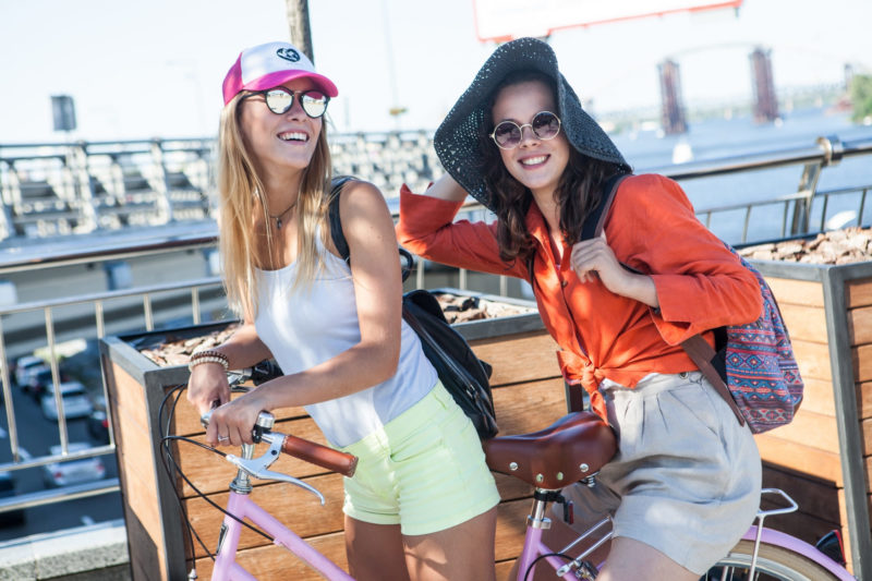 天気の良い中サイクリングに出かける女性二人