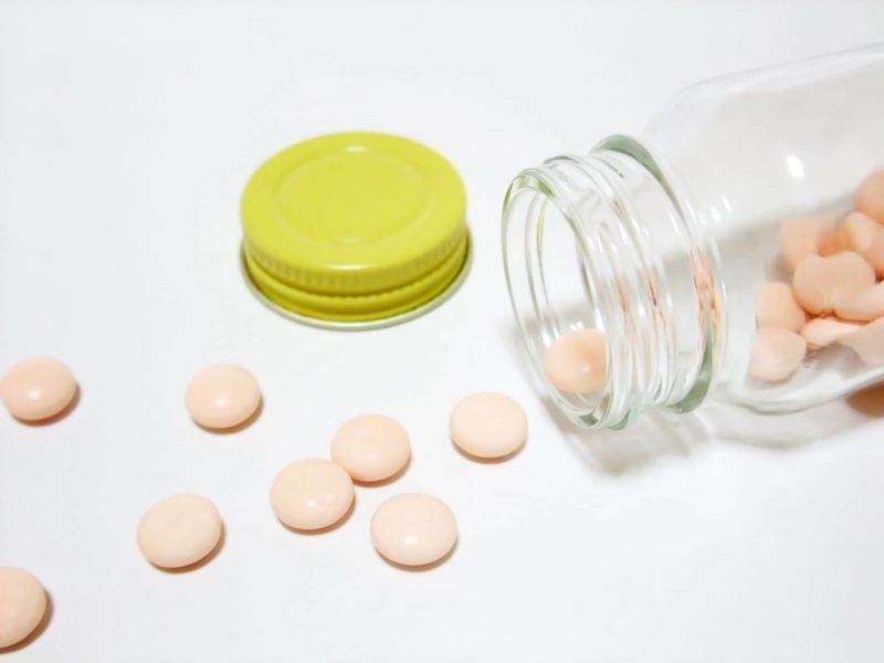 瓶から出したピンクの錠剤たち