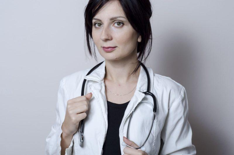 首に聴診器がかかっている外国人医師