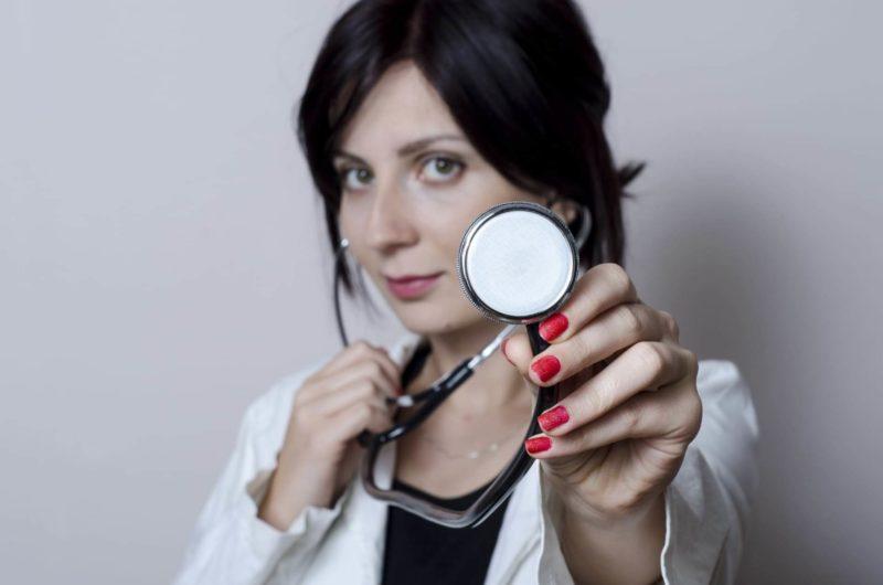 聴診器を当ててこようとしている外国人医師