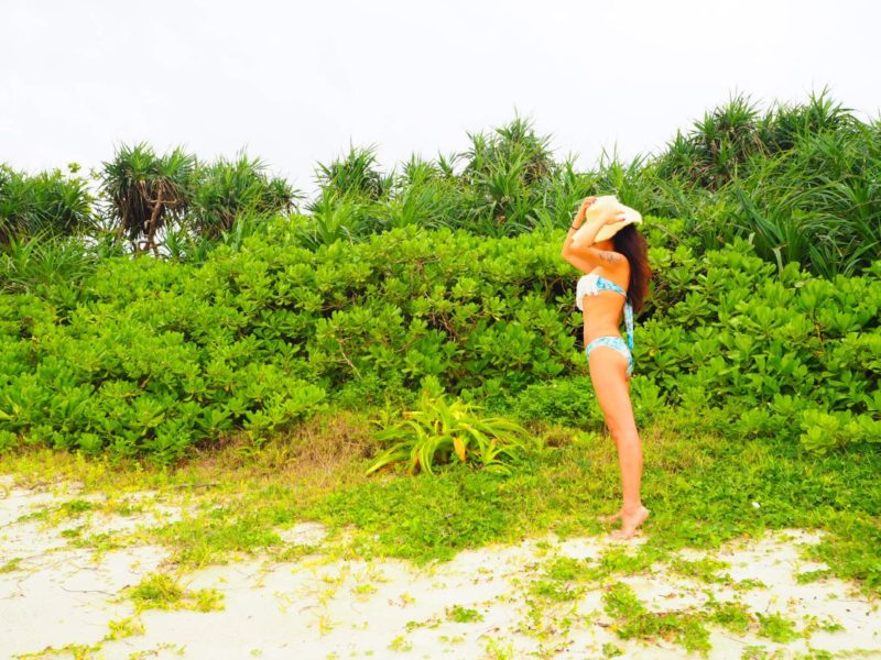 島にビキニ姿でいる女性