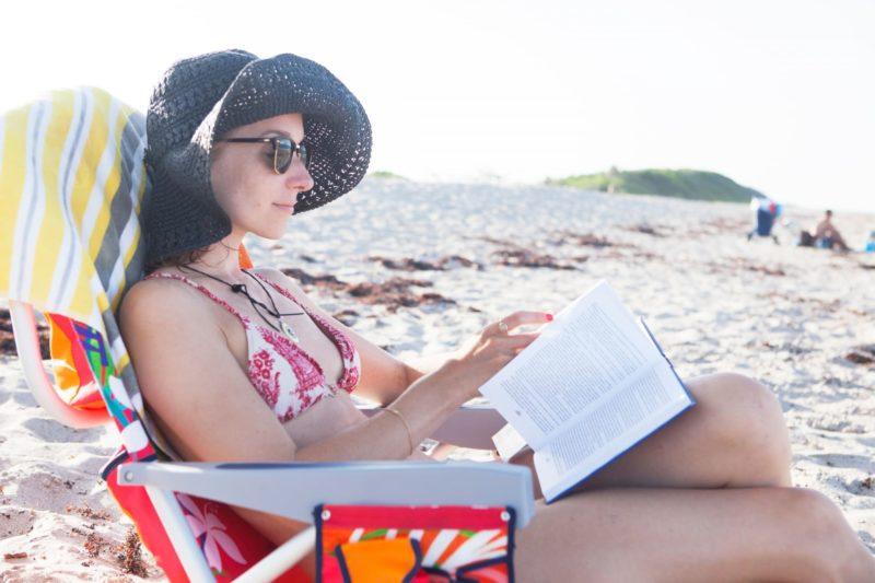 浜辺で読書する女性