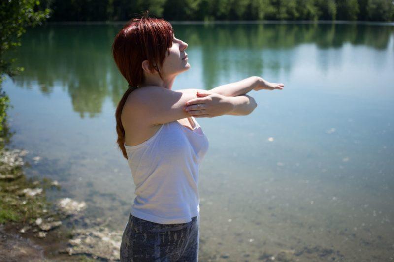 湖で陽を浴びている女性
