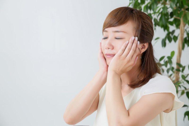 顔に保湿をしている日本人女性