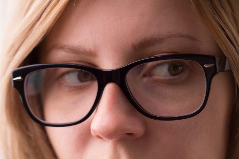 黒ぶちメガネを掛けている外国人女性の目元のアップ画像