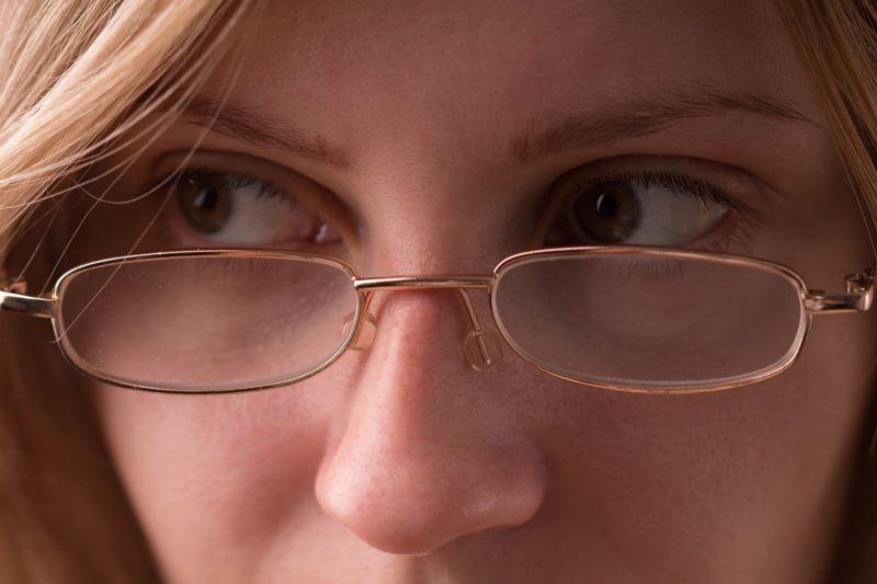 メガネを掛けている外国人女性の目元のアップ画像