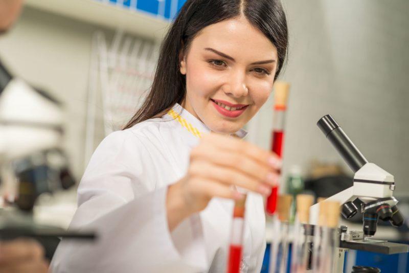 試験管で検査をしている女性研究員