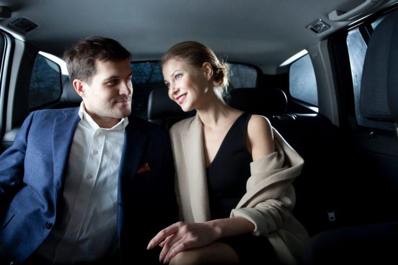 車内でデートを楽しんでいるイケメン外国人男性と美人外国人女性