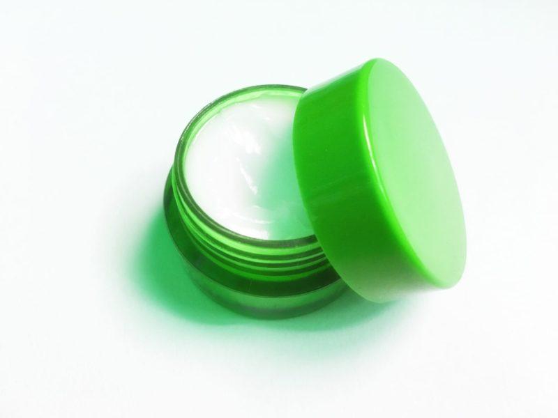 緑のケースに入った美白クリーム