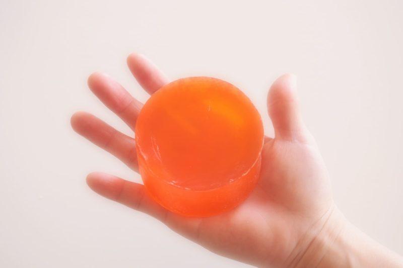 右手に乗せているオレンジの石鹸