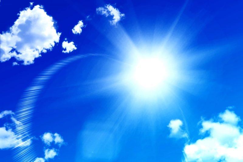 さんさんときれいに写っている空と太陽