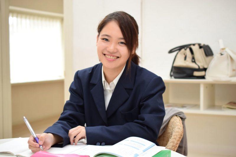勉強をしている女子高生
