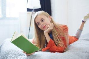 白い光と部屋の中で読書をしている女の子