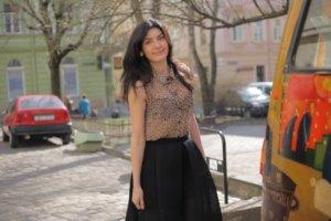 街を歩いているヒョウ柄のノースリーブを着用した外国人女性