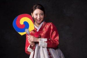団扇をかざした韓国女性
