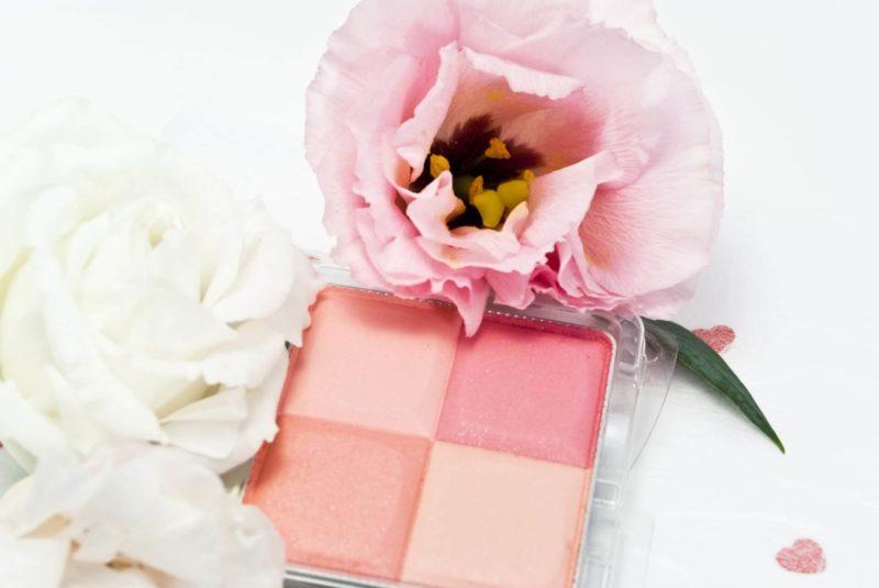 白とピンクの薔薇に囲まれたチーク