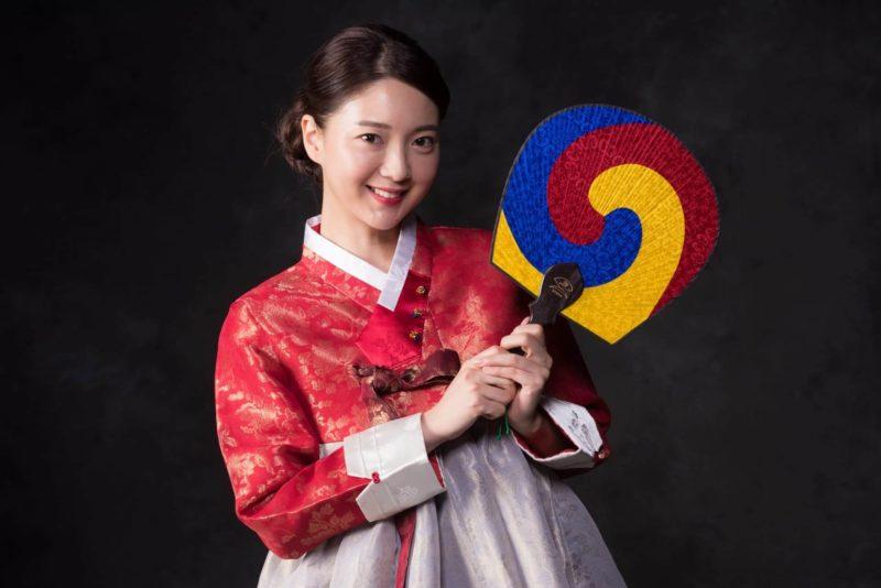団扇を持っている韓国人女性