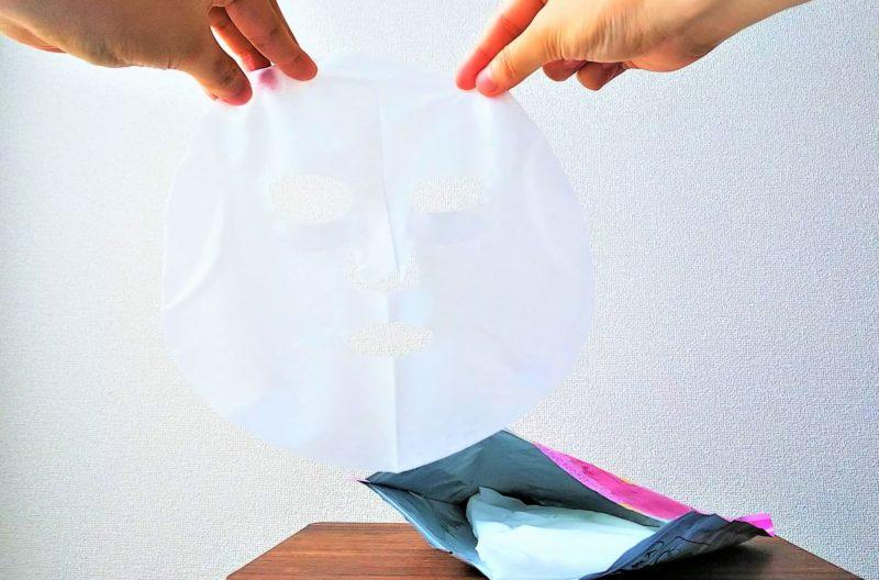 シートマスクを持って広げている画像