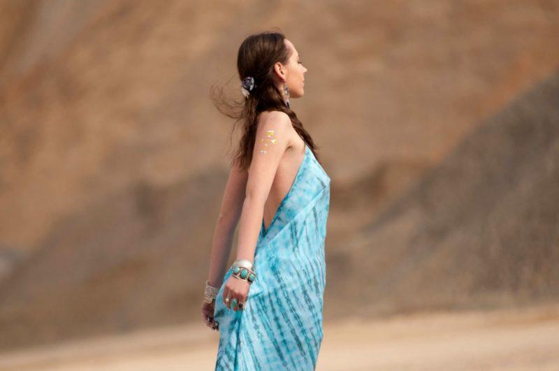 スカートの裾を持っている外国人女性