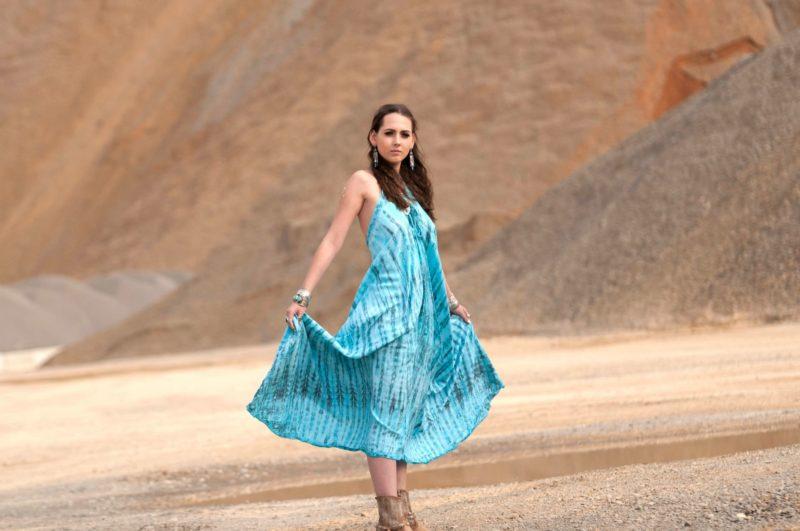 スカートの裾を持って広げている外国人女性