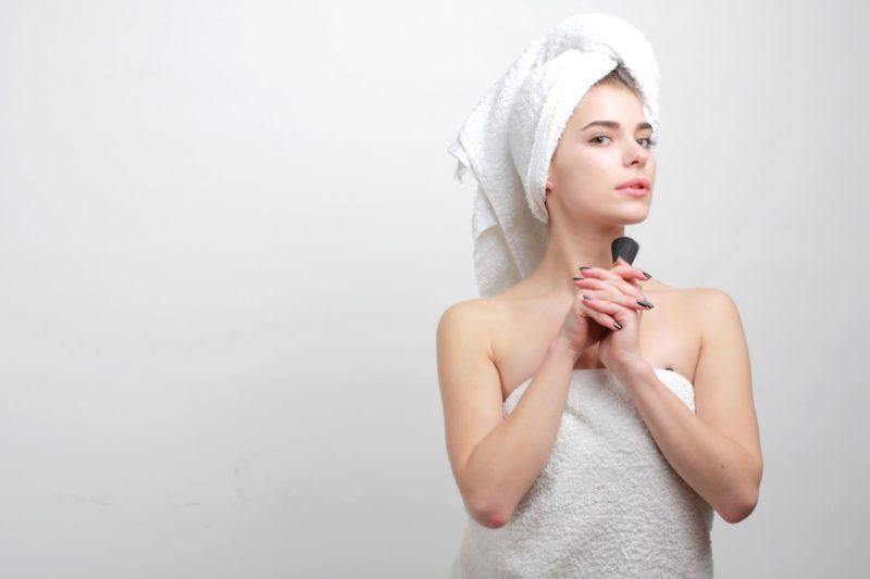 入浴して身ぎれいにしようとしている女性