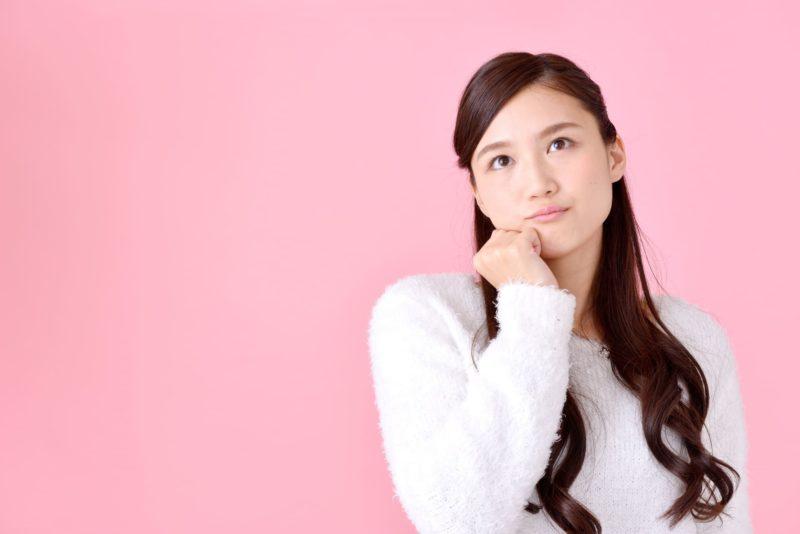 何かを考えている日本人女の子