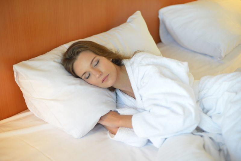 ホテルでぐっすり睡眠をしている女性
