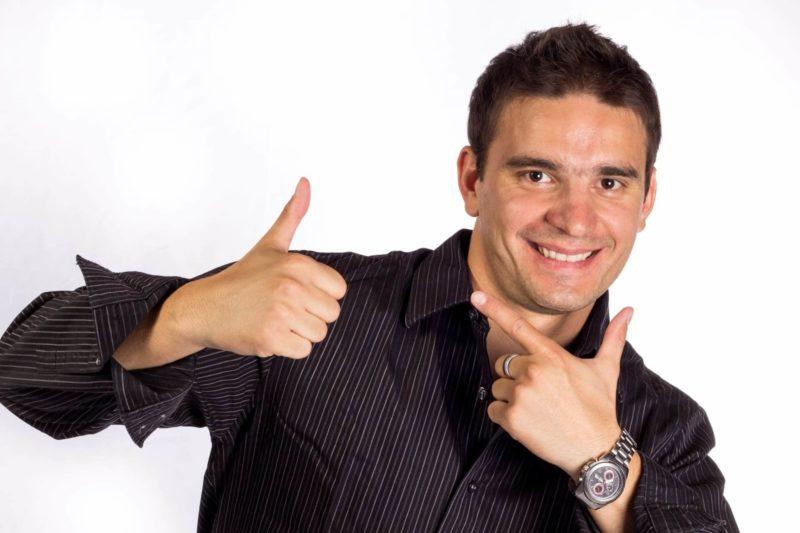 嬉しさをポーズで表している外国人男性