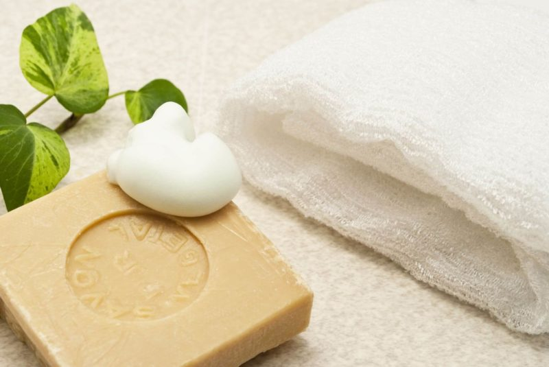 オーガニック石鹸と清潔な白いタオル
