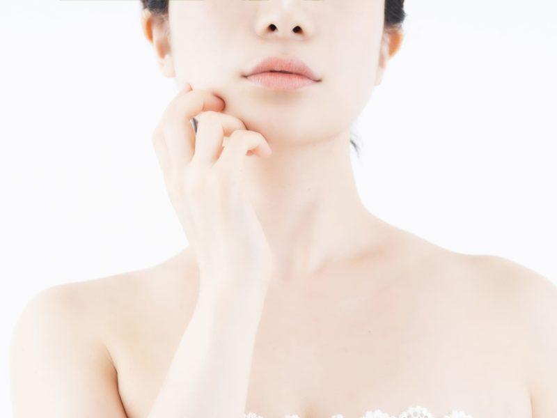 ホホに手を当てている透明感のある肌の女性