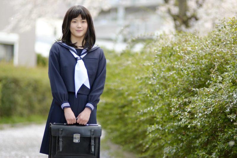 制服を着用した高校生