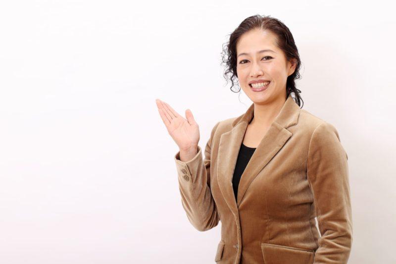 茶色のスーツを着用した50代の女性