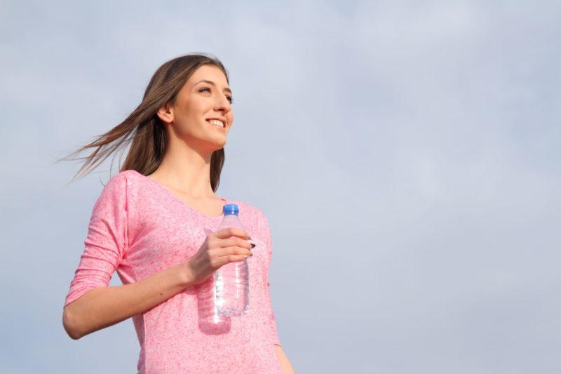 水を持って立っている女性