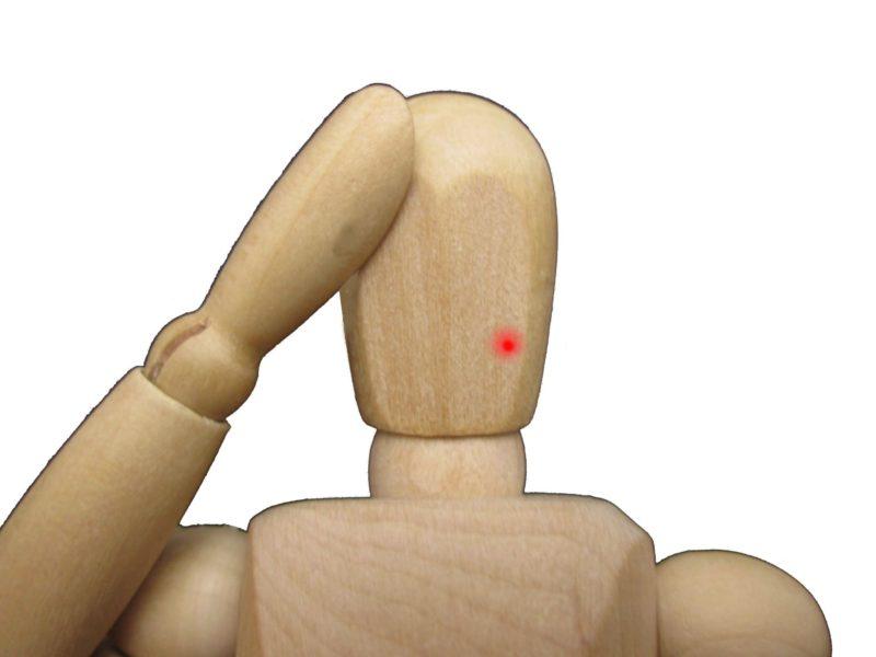 ニキビが出来た木の人形