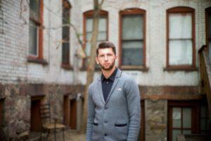 古い館の前に立っている外国人男性