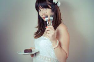チョコレートケーキを食べようとしている女性